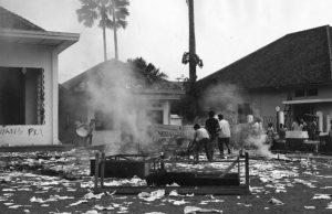 13 Oktober 1965: Sekelompok mahasiswa Muslim membakar markas Pemuda Rakyat di Jakarta. [CAROL GOLDSTEIN/KEYSTONE/GETTY IMAGES]