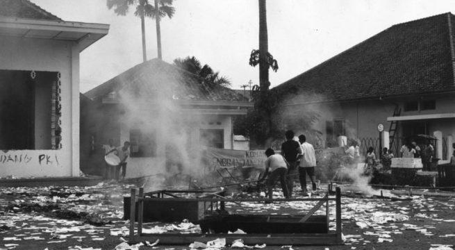 Belasan anggota organisasi pelajar Muslim membakar sekretariat organisasi pelajar underbow PKI. [GETTY IMAGES]