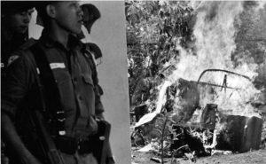 Sejumlah serdadu, tak jauh dari rongsokan sebuah mobil yang terbakar di hari-hari awal Oktober 1965, menyusul gagalnya G30S. [BERYL BERNAY/GETTY IMAGES]