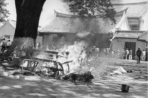 Massa Islam menghancurkan universitas Res Publica, perguruan tinggi yang diidentikkan dengan PKI dan Partai Komunis Cina,. [GETTY IMAGES]