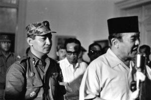 Presiden Sukarno, diikuti Mayjen Soeharto mengumumkan Surat Perintah Sebelas Maret di Istana Bogor, yang mengalihkan kekuasaan kepada perwira yang kemudian berkuasa selama 32 tahun [BERYL BERNAY/GETTY IMAGES]