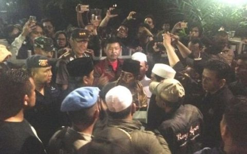 Kapolda Jakarta, Kapolres Jakarta Pusat, Dandim Jakarta Pusat, serta sejumlah tokoh perwakilan massa pengepung LBH/YLBHI. [BBC INDONESIA]