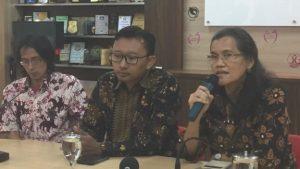 Ketua Komnas Perempuan, Azrina, memandang ada penyebaran kebencian, stigmatisasi pada korban 65 dan upaya penyangkalan yang semakin serius di publik. [BBC INDONESIA]