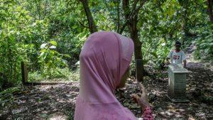 Keluarga korban pembunuhan massal 1965 mengunjungi hutan Plumbon yang diduga merupakan salah satu lokasi kuburan. [GETTY IMAGES]