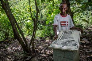 Sukar, 83 tahun, menunjukkan kuburan korban pembunuhan massal di Plumbon, Semarang, yang berkaitan dengan Peristiwa 1965. [ULET IFANSASTI/GETTY IMAGES]