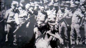 Tentara menangkap dan memamerkan sejumlah orang yang diduga anggota dan simpatisan PKI di Blitar, Jawa Timur, termasuk Putmainah, tokoh Gerwani dan anggota DPRD dari Fraksi PKI di Blitar. [DOKUMENTASI PUTMAINAH]