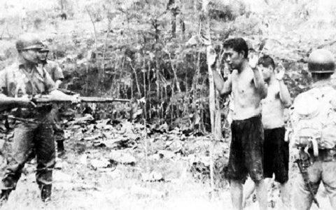 Tentara menangkap tahanan PKI dalam Operasi Trisula.  Foto: Vannessa Hearman dari Museum Brawijaya.