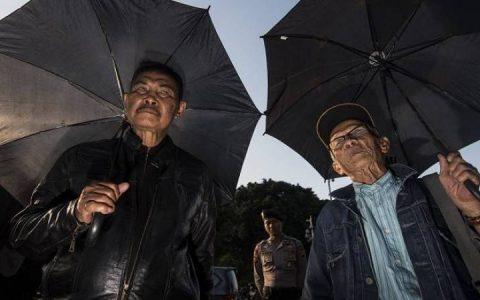Penyintas tragedi 1965/1966 pada aksi kamisan, menagih janji Presiden Joko Widodo untuk segera menyelesaikan berbagai kasus pelanggaran HAM di Tanah Air. (Foto: Antara)
