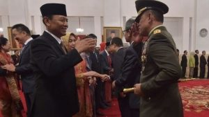 Menkopolhukkam Wiranto dan Panglima TNI Jenderal Gatot Nurmantyo, Juli 2015 di Istana Merdeka, Jakarta. (ADEK BERRY/AFP)