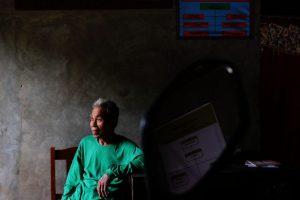 Paiman tengah duduk di ruang tamunya (Foto: Panji Satrio/LPM Kentingan)