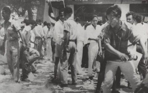 Pembakaran atribut dan material komunisme setelah peristiwa G 30S PKI. Foto/Arsip Gahetna