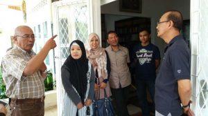 Putra ketujuh Jenderal Ahmad Yani, Untung Yani (Kiri) bersama putra kedelapan, Eddy Yani (Kanan), berbincang dengan pengunjung di halaman depan Museum Sasmitaloka Pahlawan Revolusi Jenderal TNI A Yani, di Jalan Lembang No 58, Menteng, Jakarta Pusat, Kamis (21/9/2017). (TRIBUNNEWS/FRANSISKUS ADHIYUDA)