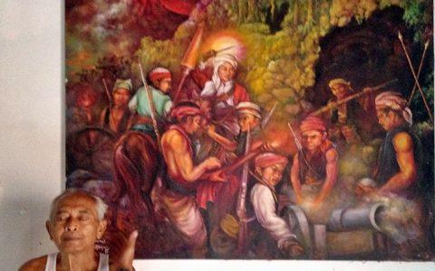 MARDADI UNTUNG: Pelukis Mardadi Untung, 80 tahun, di depan karya yang belum diselesaikannya lantaran keburu mengalami kebutaan karena menderita katarak [Foto: Humas YPKP'65]