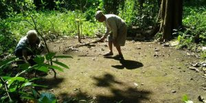 Suparjo dan Babe membersihkan kuburan massal anggota PKI di Kendal, Jawa Tengah.(Kontributor Kendal, Slamet Priyatin)