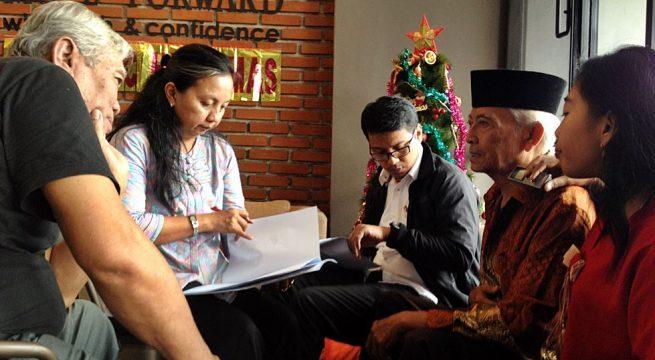 """LPSK: Mardadi Untung. 80 tahun, didampingi putrinya Anggita tengah diperiksa petugas dari Lembaga Perlindungan Saksi dan Korban (LPSK) saat menunggu pemeriksaan di Klinik Mata Nusantara Kebonjeruk, Jakarta (29/11) dalam persiapan operasi mata {Foto"""" Humas YPKP'65]"""
