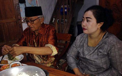 Mardadi Untung (81) kembali berkacamata, di masa pemulihan penglihatannya [Foto: Humas YPKP 65]