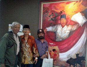 """MARDADI UNTUNG: Mardadi Untung, 81 (berkacamata) didampingi Bedjo Untung dan Tuba, di depan lukisan """"Indonesia Menggugat"""" yang belum diselesaikannya namun keburu menderita kebutaan [Foto: BU]"""
