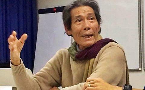 """MARTIN ALEIDA: Penulis buku """"Tanah Air Yang Hilang"""" Martin Aleida tengah memaparkan pandangannya (15/11/2017) di depan aktivis dan mahasiswa Indonesia di Leiden. [Credit-Photo: Tossy]"""