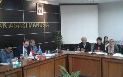HAM-PBB: Pertemuan dengan Komisi Tinggi HAM PBB (5/2) di Komnas HAM Jakarta. Ketua Komisi Tinggi HAM-PBB, Zeid Ra'ad al Hussein (kedua dari kiri, berdasi) mengunjungi Indonesia dan bertemu dengan beberapa NGO di Jakarta.