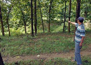 SAKSI SEJARAH: Seorang saksi tengah menunjukkan lokasi pembantaian dan kuburan massal tak jauh dari Wadul Nglangon di Kradenan, Grobogan [Foto: BU]