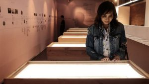 Salah satu pengunjung pameran tengah menikmati nukilan Ensiklopedia Citrawti Indonesia yang dipamerkan