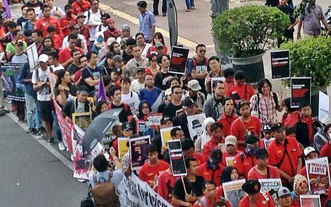 """AKSI: Peringatan 20 Tahun Reformasi (21/5) ditandai dengan aksi massa koalisi berbagai elemen buruh, mahasiswa, aktivist HAM, korban pelanggaran HAM berat. Aksi dimulai dari lokasi """"patung kuda"""" dan bergerak menuju Taman Aspirasi di seberang Istana Merdeka, Jakarta [Foto: Humas YPKP 65]"""