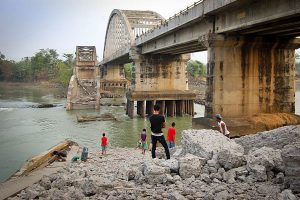 CINDAGA RUNTUH: Jembatan Cindaga yang dibangun kembali 1993 hingga 1998 akhirnya runtuh pada Juni 2011 [Foto Kredit: KomikWordpress]