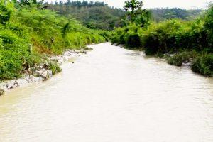 Sungai di kawasan hutan Dusun Wamsaid, Desa Dava, Kecamatan Wailata, Kabupaten Buru, Maluku, tampak keruh dampak operasi tambang di bagian hulu. Foto: Nurdin Tubaka/ Mongabay Indonesia