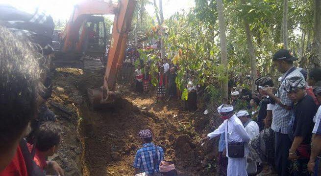 Pembongkaran kuburan massal eks anggota PKI di Jembrana, Bali. (Liputan6.com/Dewi Divianta)