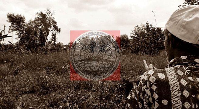 MASS-GRAVES: Slamet, 73, penyintas Tragedi 65 Lampung Timur menunjukkan salah satu dari 8 lokasi kuburan massal korban Tragedi 65 di daerahnya (15/9). [Foto: Humas YPKP'65]