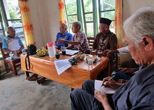 BEDJO UNTUNG: Ketua Umum YPKP 65 Pusat, Bedjo Untung, bersama para korban dan penyintas Tragedi 65 Lampung Timur melakukan pendataan lokasi kuburan massal (15/09) dan dilanjutkan pendokumentasian lokasi dan testimoni para saksi [Foto: Humas YPKP 65]