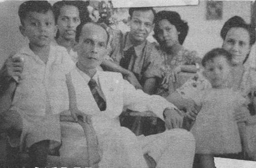 Jopie Risakotta Klaarwater dan istrinya bersama kelima anak mereka: Heymard, Mady (ibu Andy Noya), Weynamd, Ardha, dan Rina, ketika di Makassar. Foto: Dok. Andy Noya.