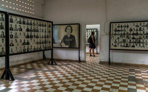 Foto-foto korban Khmer Merah di Museum Genosida Tuol Sleng di Phnom Penh, Kamboja, Kamis. KreditKreditAdam Dean untuk The New York Times