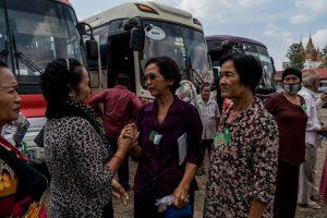 Korban yang terlibat dalam kasus genosida yang berkumpul Jumat setelah putusan diumumkan oleh pengadilan internasional, Chambers Luar Biasa di Pengadilan Kamboja. Kredit Adam Dean untuk The New York Times
