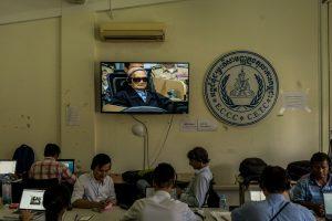 Jurnalis mendengarkan Jumat untuk umpan hidup dari persidangan, menunjukkan Nuon Chea, yang ditemukan bersalah atas genosida terhadap kedua Cham dan orang-orang Vietnam. Kredit Adam Dean untuk The New York Times