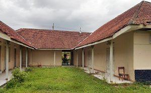 KAMP DUNGUS: Gedung tua yang terletak di sisi jalan raya Dungus-Kare ini pernah dijadikan kamp konsentrasi Tapol 65, termasuk para perempuan Gerwani. Beberapa dari korban mendapat siksaan, menderita sakit tanpa pengobatan dan twas di tempat ini. [Foto: Humas YPKP 65]