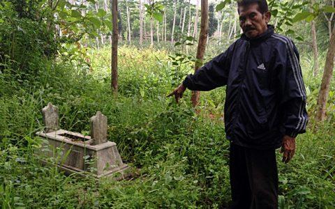 SETUMBU: Roedi Subroto, penyintas Tragedi 65 tengah menunjuk lokasi kuburan massal Setumbu, pada 2 titik yang berbeda di atas tanah keluarganya [Foto: Humas YPKP 65]