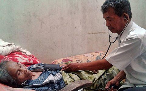 SUDARNO: Mantan tahanan politik (tapol) 65, Sudarno, yang menjadi penyembuh terapi akupunktur tengah melakukan pemeriksaan awal sebelum terapi dijalankan [Foto: Humas YPKP 65]