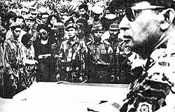 Soeharto menghadiri pemakaman jenderal-jenderal yang dibunuh pada tanggal 5 Oktober 1965. (Gambar oleh Departemen Penerangan Indonesia)