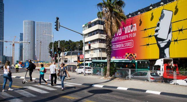 """Sebuah papan iklan di Tel Aviv untuk """"Eva Stories,"""" sebuah proyek pendidikan Holocaust. KreditKreditDan Balilty untuk The New York Times"""