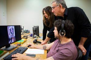 Mati Kochavi, seorang eksekutif teknologi Israel, pusat, dan putrinya Maya, di kantor mereka di Herzliya, Israel. KreditDan Balilty untuk The New York Times