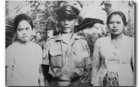 Sri dan orangtuanya, ayahnya dalam seragam petugas kepolisiannya.