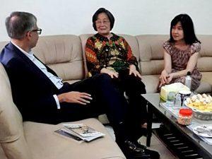 DUBES: Duta Besar Inggris untuk Indonesia, Moazzam Malik, bertamu ke rumah keluarga Soe Tjen Marching di Surabaya (14/6). [Foto: Soe Tjen/Dok. Keluarga]