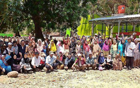 PEZIARAH: Ratusan peziarah bergambar bersama di dekat lokasi kuburan massal Penggarit, Taman, Pemalang (25/8) seusai melaksanakan prosesi tabur bunga. [Foto: YPKP'65/Hum]