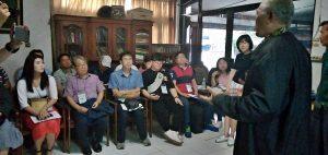 YPKP 65: Ketua YPKP 65, Bedjo Untung, menjelaskan kepada tamunya dalam kunjungan lapangan Napak Tilas Penjara dan Kamp Konsentrasi tahanan politik 1965 di Tangerang [hum]