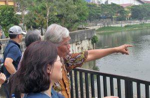 YPKP 65: Ketua YPKP 65, Bedjo Untung, menjelaskan kepada tamunya selama kunjungan lapangan Napak Tilas ke Penjara dan Kamp Konsentrasi Tahanan Politik 1965 di Tangerang [hum]