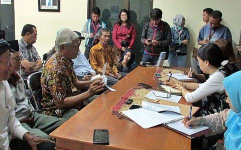 MASS-GRAVES: Delegasi YPKP 65 mendatangi Komnas HAM untuk melaporkan dan menyerahkan data kuburan massal (mass-graves) pada Kamis (3/10/2019) di kantor Komnas HAM, Menteng Jakarta [Foto: Humas YPKP 65]