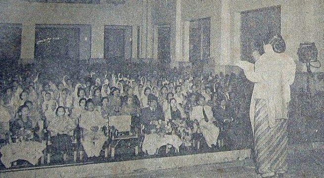 Seorang anggota Pergerakan Wanita Indonesia (Gerwani) berbicara di sebuah upacara untuk memperingati pendirian organisasi. (wikimedia commons/Suara Indonesia. 25 January 1954)