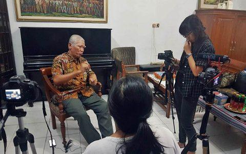 Proses pengambilan gambar yang dilakukan pada Sabtu (23/11) oleh 6 mahasiswa jurnalistik dari Universitas Multimedia Nusantara (UMN) Gading Serpong di kantor YPKP 65 [Foto: BU)