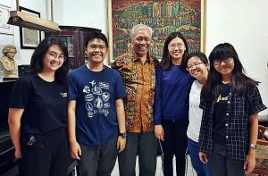 Tim 'Film-Maker' yang terdiri dari 6 mahasiswa jurnalistik dari Universitas Multimedia Nusantara (UMN) tengah berkunjung ke kantor YPKP 65 Pusat [Foto: BU]